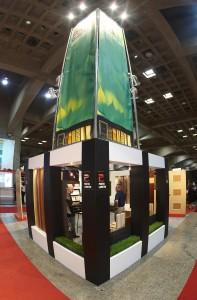 Le concept a privilégié une approche moderne et plutôt design pour cette industrie traditionnelle des portes architecturales en bois (DHI Convention USA). Il misait également sur la hauteur avec ses deux colonnes - afin d'être vu de loin - et sur une luminosité très présente.